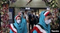 سوای مرغوبیت لباسها، ناهمگون بودن لباس مردان و زنان کاروان نیز مغایر با همه کشورهایی است که در مراسم افتتاحیه رژه میروند.