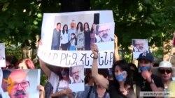 Եղնուկյանի կինն ու զավակներն ի նշան բողոքի բերանը կապած էին եկել դատախազության մոտ