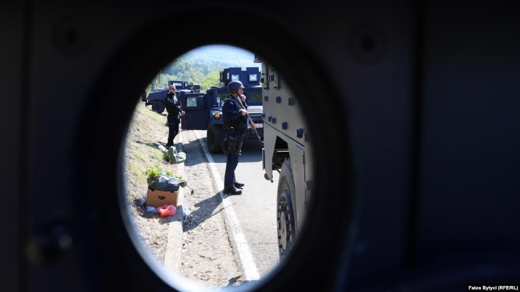 Policia e Kosovës duke bërë rojë, në Jarinjë. (26 shtator)