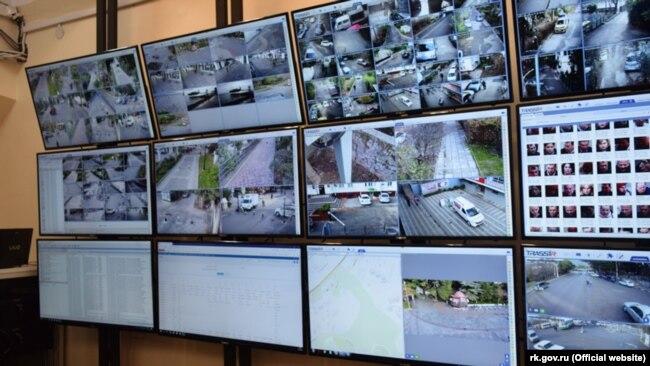 Экраны системы видеонаблюдения с распознаванием лиц, установленные в Ялте в рамках российского проекта «Умный город»