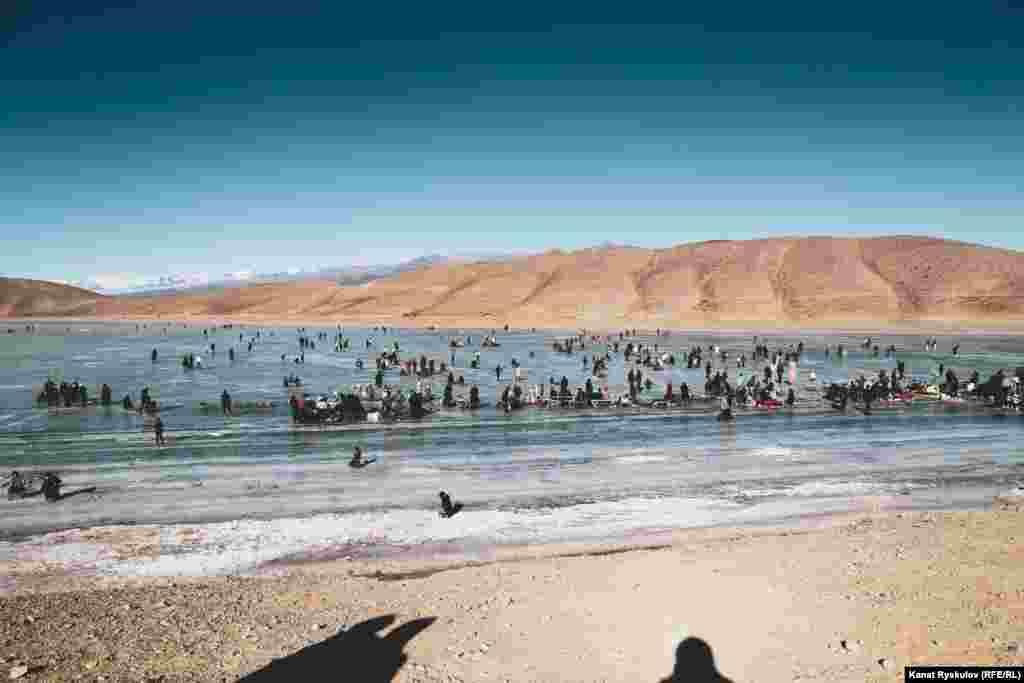 Озеро Ара-Коль. Оно находится в Кочкорском районе - примерно в 30 километрах от райцентра.