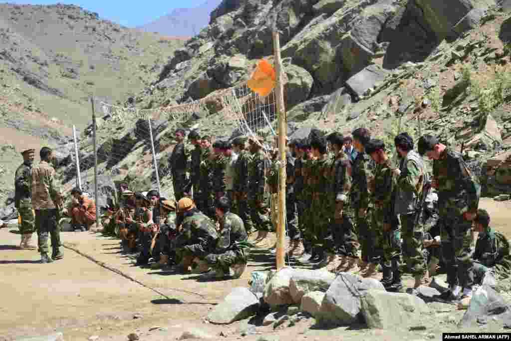 В Панджшир населението е от етнически таджики, докато талибаните са пущуни.