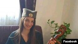 Fotografija Bojane Đačić sa kokardom na glavi preplavila je društvene mreže i izazvala brojne komentare.