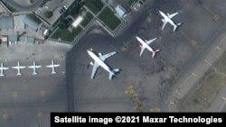 Ezen az auguzstus 16-ai légifelvételen létszik, ahogy a civilek elözönlötték a kabuli repülőtér betonját.