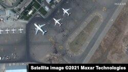 در عکسی که از ماهواره گرفته شده ازدحام را در میدان هوایی بین المللی حامد کرزی نشان میدهد