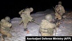 Сапьори от азербайджанската армия обезвреждат мини по пътя към областта Карвачар в Нагорни Карабах