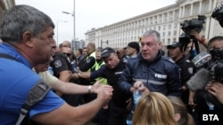 Протестиращите се опитаха да блокират кръстовището между сградите на Президентството, Министерския съвет и бившия Партиен дом, но бяха спрени от полицията