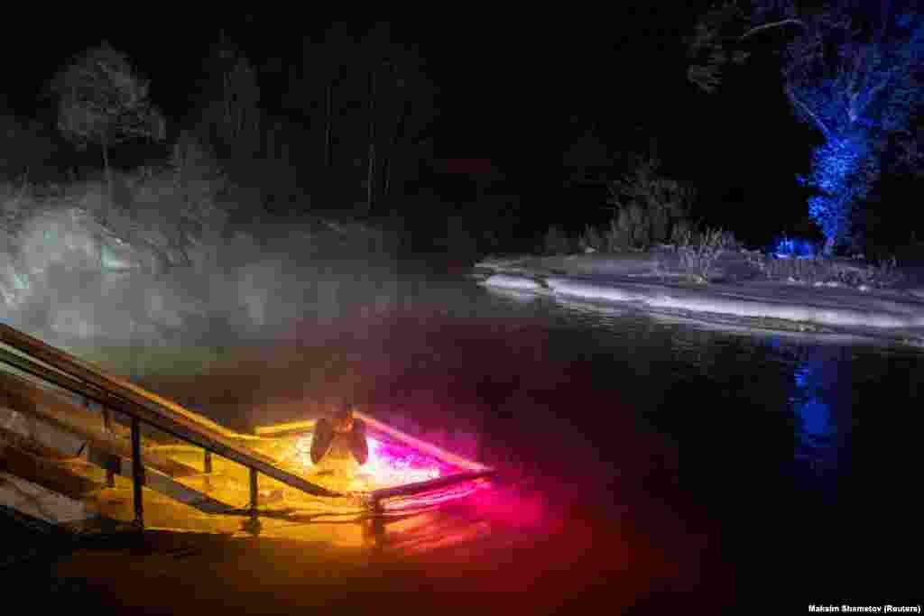 Різнокольорові вогні висвітлюють крижану воду річки Істри під Москвою