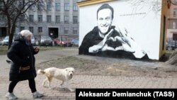 The mural depicting Aleksei Navalny in St. Petersburg was painted over within hours on April 28, witnesses say.