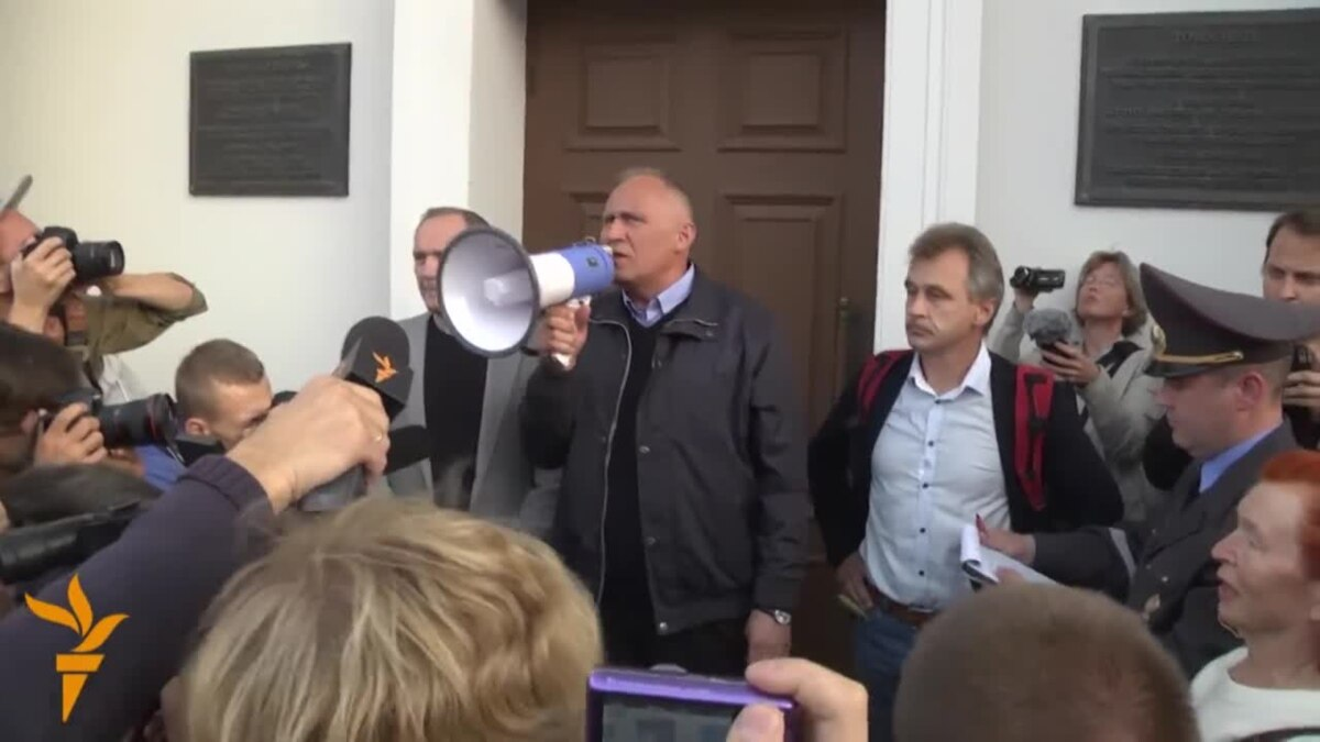 Amid Lackluster Presidential Race, Boycott Campaign Brings Out Big Crowd In Belarus