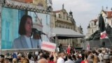 Сотні людей вийшли на Староміську площу в Празі під час акції «Разом за Білорусь»