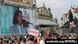 Тихановська у Празі: сотні людей вийшли на акцію солідарності з Білоруссю (фоторепортаж)