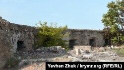 Ниши в орудийных двориках закрывались железными и дубовыми ставнями