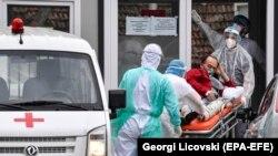 Maqedoni e Veriut - Stafi mjekësor pranon një pacient të ri me COVID-19. Shkup: 16 mars 2021.