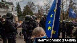 Протести пред руската амбасада во Прага по објавата дека чешката влада одлучи да протера руски дипломати обвинети дека се шпиони и инволвирани во експлозијата на магацинот со оружје во 2014 година