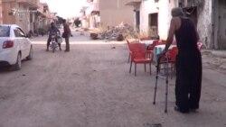 Banorët rikthehen në qytetin e shkatërruar sirian