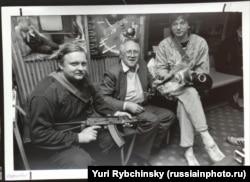 Мстислав Ростропович (в центре) и другие защитники Белого дома. Фото: Юрий Рыбчинский