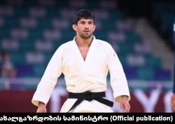 Lasha Shavdatuashvili competing at the Tokyo Olympics.