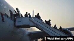 Пътници се качват на самолет на летището в Кабул. Снимката е илюстративна.