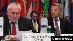 Minsk Group co-chİqor Popov (solda) və Riçard E Hoqland