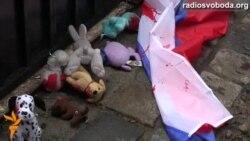 Росіяни Львова обмазали «кров'ю» прапор Росії і кинули його під ворота генконсульства