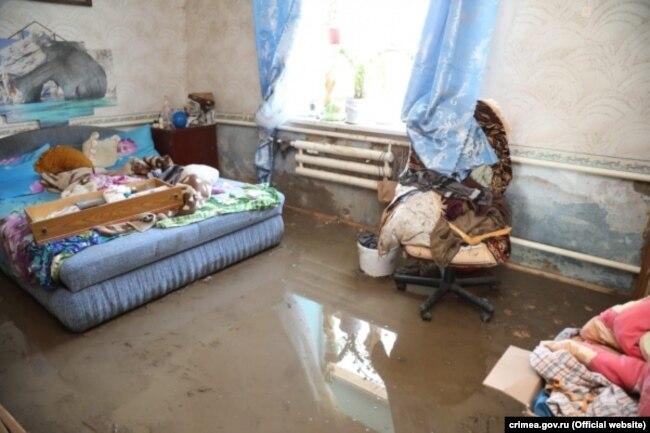 Комната в доме в селе Приозерном Ленинского района, затопленном во время наводнения