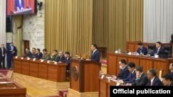 Президент Садыр Жапаров на заседании Жогорку Кенеша во время церемонии принятия присяги нового правительства. 3 февраля 2021 года.