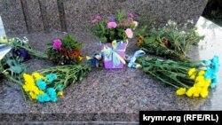 Цветы у памятника Тарасу Шевченко в День Независимости Украины в Севастополе, 24 августа 2021