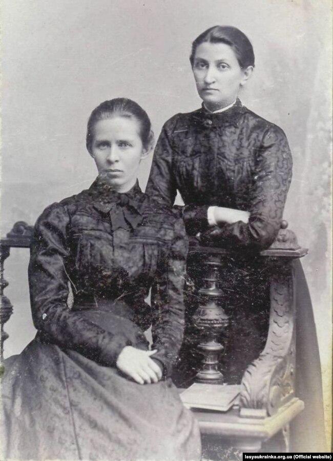 Леся Українка (праворуч) із Ольгою Кобилянською. Чернівці, травень 1901 року