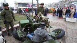 Дети играют с военной техникой на праздновании «Дня защитника Отечества»