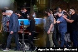 Családtagok és barátok kísérik Diego Maradona koporsóját a temetőben, Buenos Aires (Argentína), 2020. november. 26.