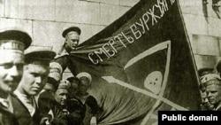 """Революционные матросы с балтийского линкора """"Петропавловск"""" в 1917 году. Многие из них четыре года спустя приняли участие в Кронштадтском восстании против большевиков"""