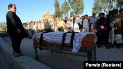 مراسم جنازه یکی از واکسیناتوران زن که در شهر جلالآباد کشته شد