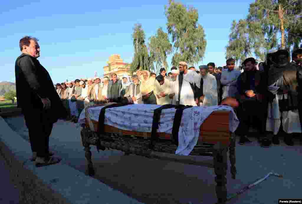 АВГАНИСТАН - Авганистанските власти соопштија дека при вооружени напади биле убиени три жени, здравствени работници кои имале задолженија за вакцинирање против детска парализа. Од Авганистанското министерство за здравство соопштија дека трите жени биле убиени во два засебни напади во главниот град на провинцијата Нангахар. Досега никој не презел одговорност за нападите. Нападите се случија по еден ден откако во Авганистан почна масовно вакцинирање на милиони деца против полио, поради заразен патоген кој се пренесува преку вода.