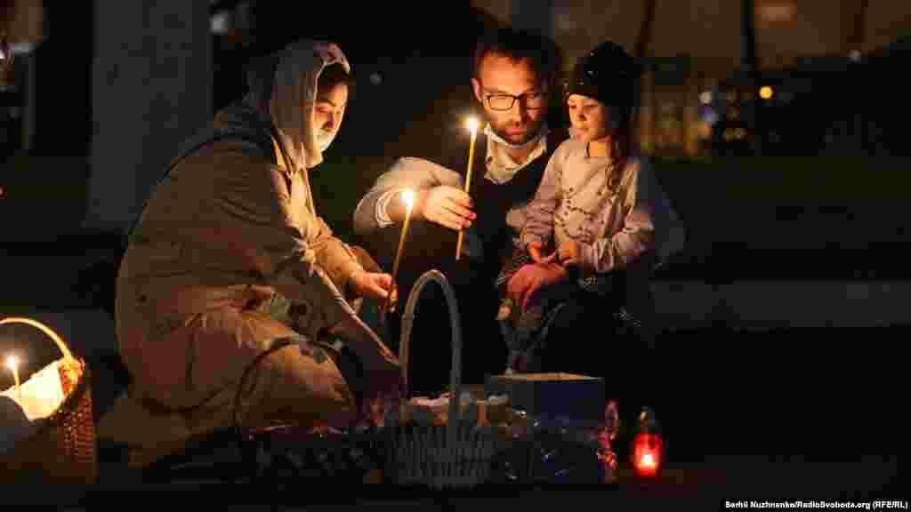 Прихожани беруть участь у Великодній службі, чекаючи на освячення страв під Володимирським собором у Києві