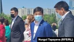 """""""Нұр Отан"""" партиясы төрағасының бірінші орынбасары Бауыржан Байбек (ортада) балалар алаңының ашылу рәсімінде. Нұр-Сұлтан, 27 мамыр 2021 жыл."""
