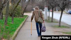 Мужчина идет по улице Горпищенко в Севастополе, февраль 2021 года