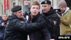 Jurnalistul Roman Protasevici, pe când era arestat în timpul unei manifestații la Minsk, 26 martie 2017.