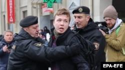 Полицаи арестуват Пратасевич по време на демонстрация на 26 март 2017 г.