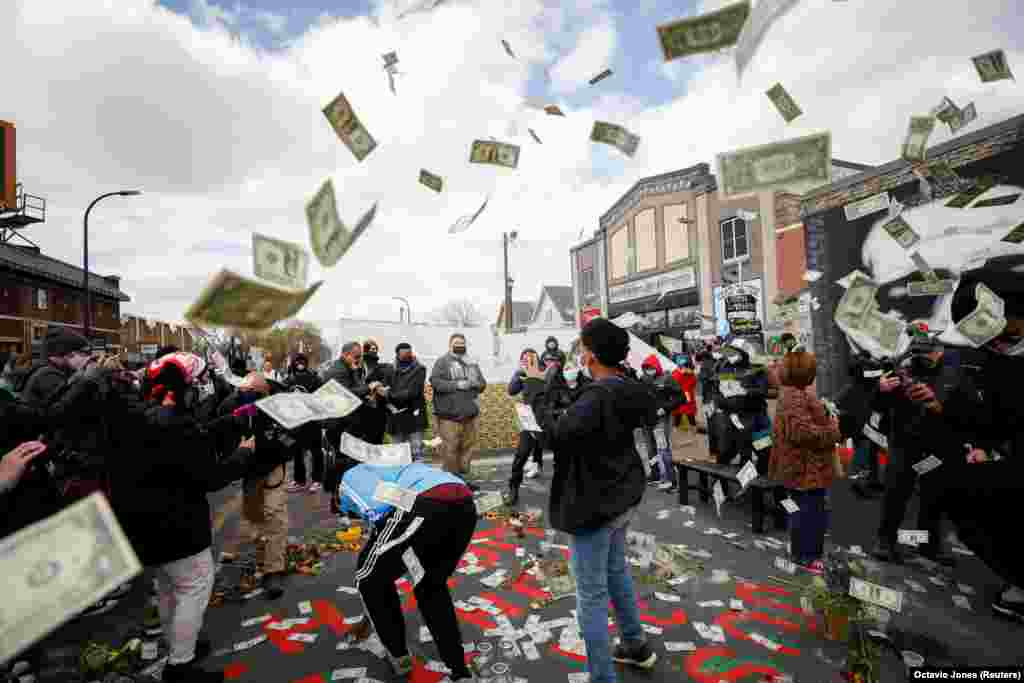 Njerëzit duke festuar në sheshin George Floyd në Mineapolis më 20 prill, 2021, pas shpalljes së vendimit për vrasjen e Floydit.