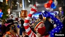 Жители Пенсильвании празднуют победу Джо Байдена на президентских выборах.