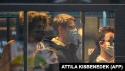Utasok egy budapesti buszon 2020. november 11-én.
