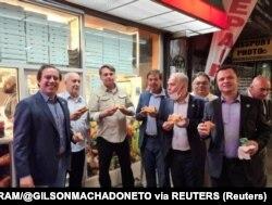 Brazilski predsjednik Jair Bolsonaro sa članovima svog kabineta jede pizzu na ulici u New Yorku u nedelju 19. septembra.