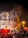 عکسی از به آتش کشیده شدن سفارت عربستان سعودی در تهران در دیماه ۱۳۹۴
