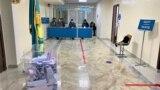 Наблюдатели за стеклянной перегородкой на избирательном участке № 318 в городе Нур-Султане в день выборов. 10 января 2021 года.