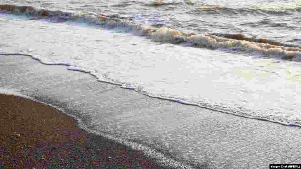 Морські хвилі продовжують підмивати глинистий берег, залишаючи гальку на пляжі