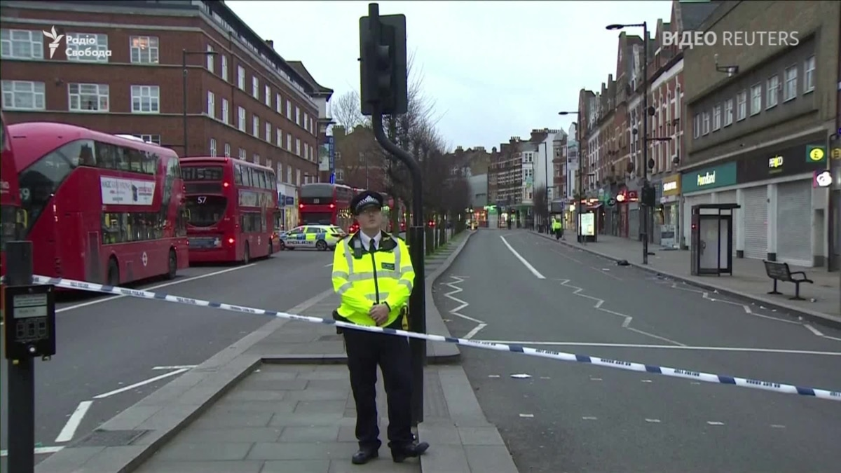 В Лондоне вооруженный ножом мужчина ранил двух прохожих – видео