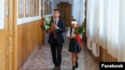 Mihai Chirica, la școală cu fiica sa, deși accesul părinților în școli este interzis.