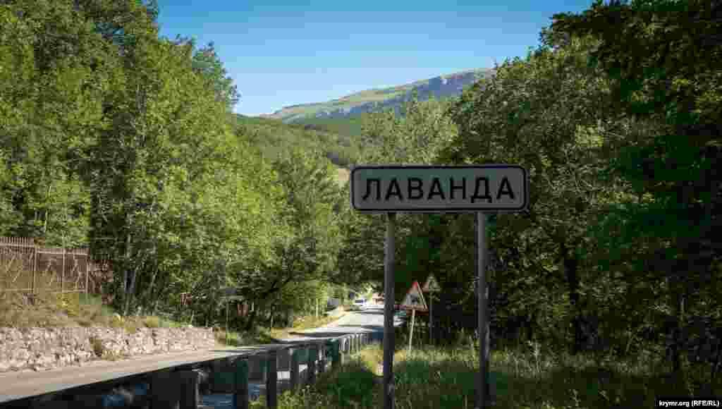 Через поселок проходит региональная автодорога, соединяющая трассу Симферополь-Ялта с шоссе Алушта-Судак. Сверху виднеется северный гребень Демерджи-яйлы