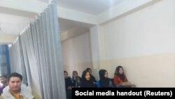Разделенная шторой аудитория в университете Кабула